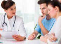 Молодая пара и врач