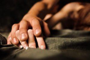 Руки, постель