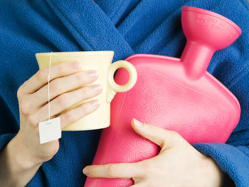 Девушка с чашкой и грелкой