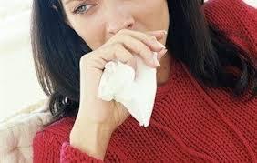 Расстроенная девушка с платком