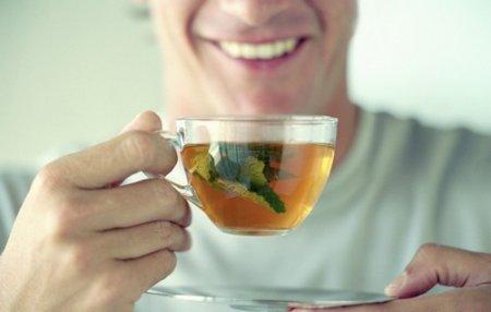 Мужчина пьет чай из лекарственных трав