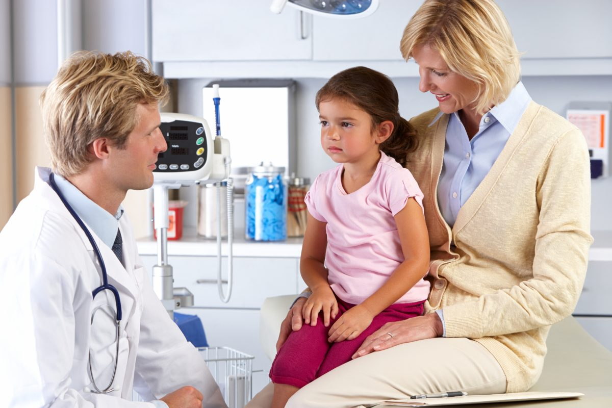 Ребенок с мамой у врача